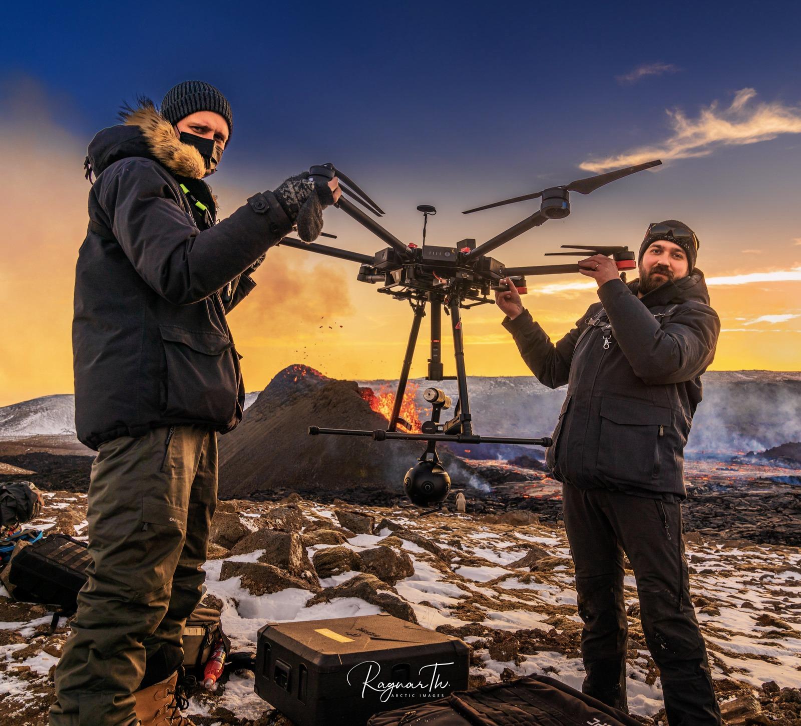 Hai người đầu tiên ghi lại cảnh tượng núi lửa phun trào với drone định dạng 8K VR